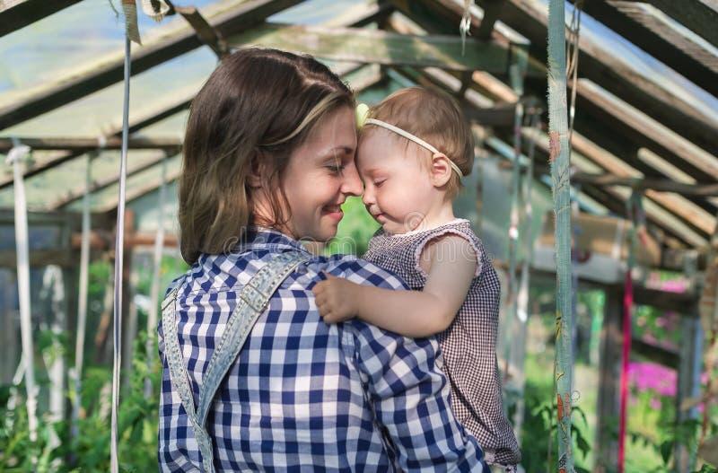Kochający macierzysty bawić się z jej dziewczynką obraz stock