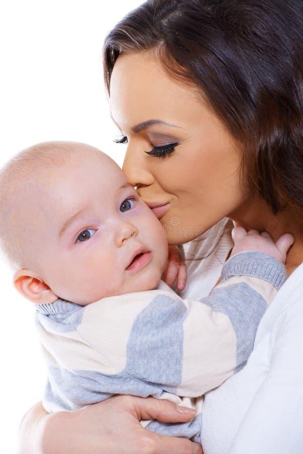 Kochający macierzysty całowanie jej mały dziecko zdjęcia stock