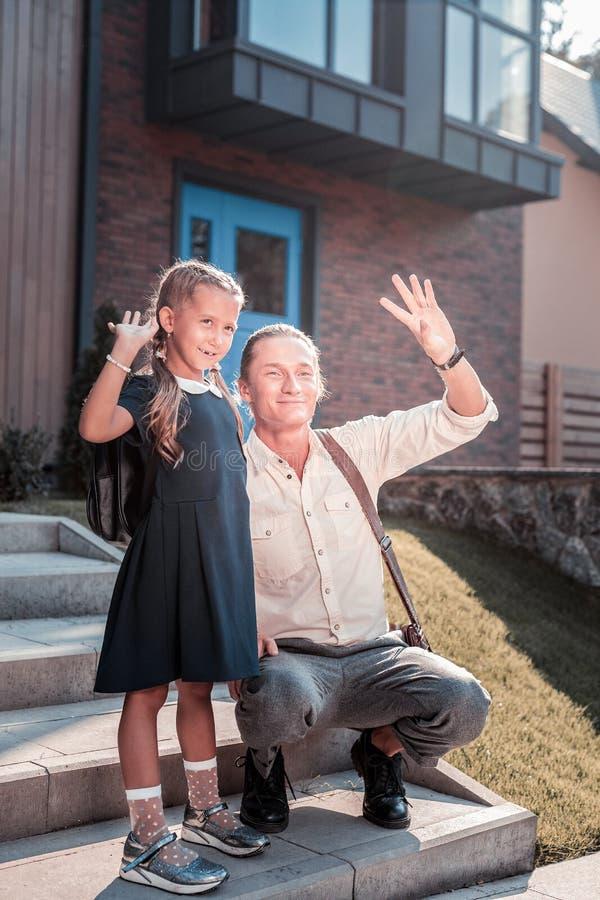 Kochający ojciec i jego śliczna córka mówi walkower matkować opuszczać praca obrazy stock