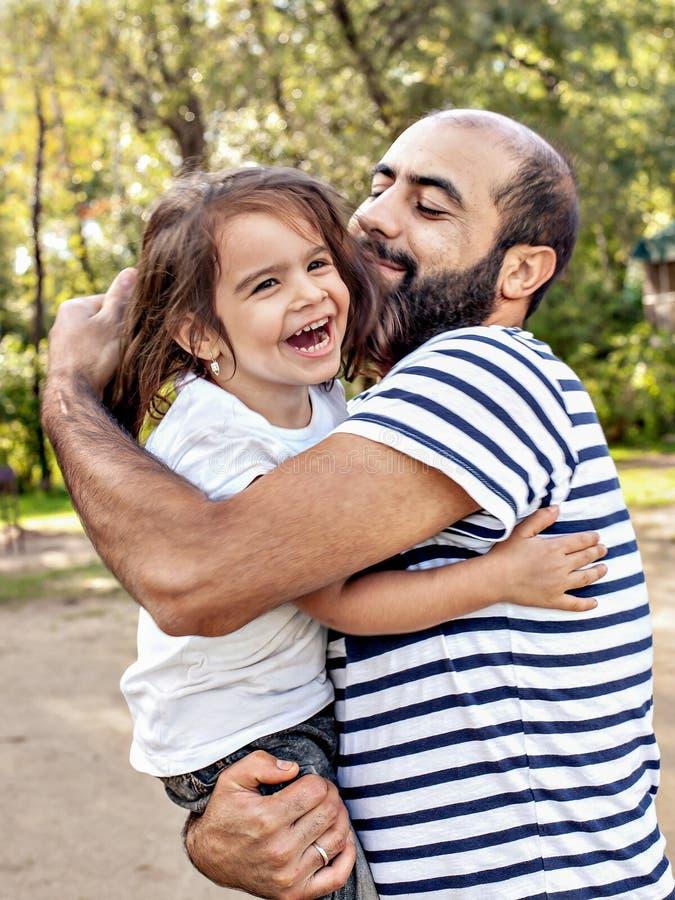 Kochający ojciec trzyma dziecka w jego rękach Emocjonalna fotografia obrazy royalty free