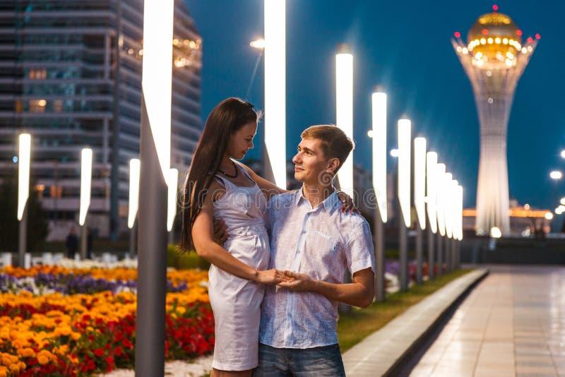 Kochający para spacer na bulwarze z wieczór iluminacją fotografia stock