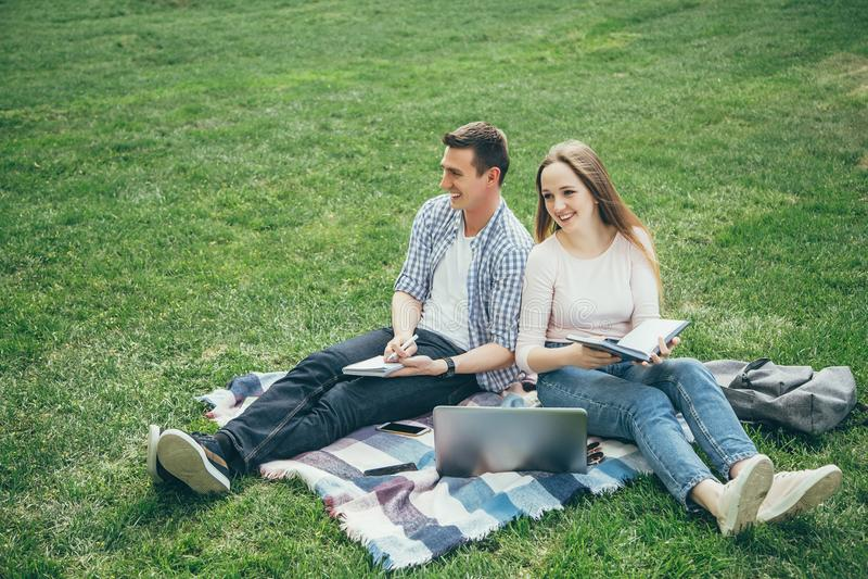 Kochający para ucznie zabawę wpólnie zdjęcia stock