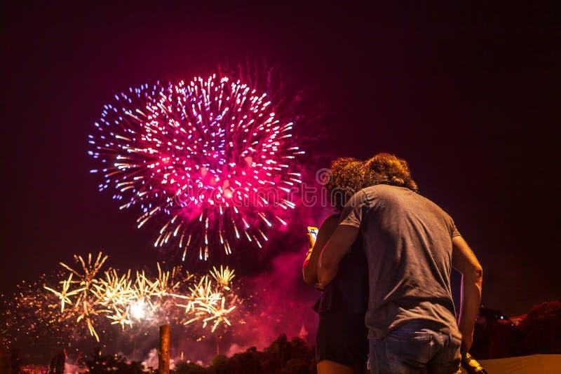 Kochający pary dopatrywania fajerwerki fotografia royalty free