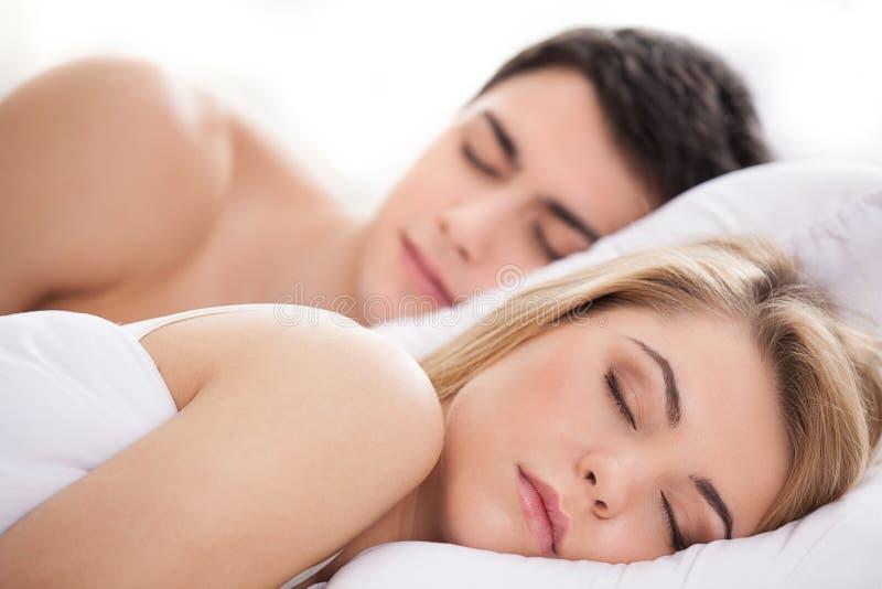 Kochający pary dosypianie. zdjęcia stock