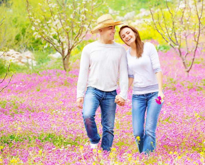 Kochający pary odprowadzenie w wiosna parku zdjęcia stock