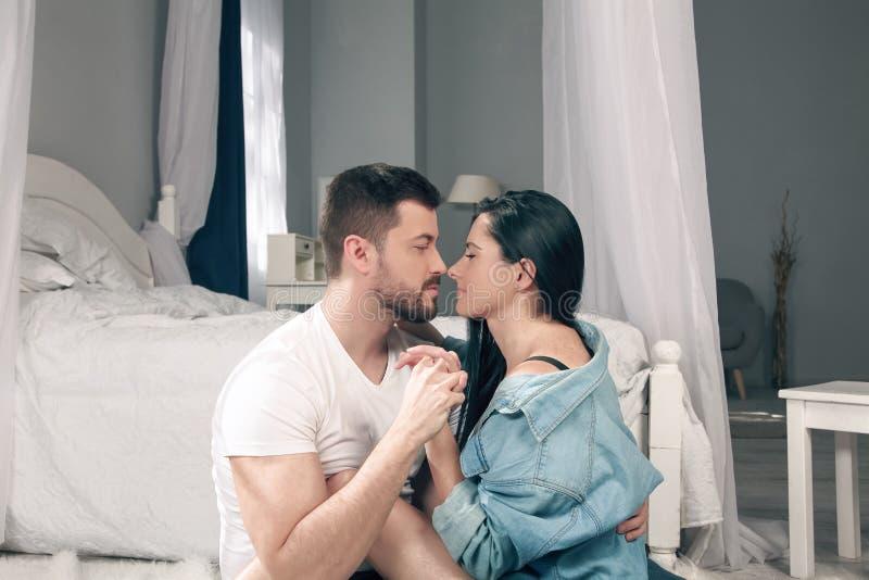 Kochający pary spojrzenie przy each inny i dotyka each - inny ostrożnie wprowadzać zdjęcie royalty free