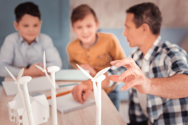 Kochający przybrany ojciec pielęgnuje jego uroczych synów fotografia stock