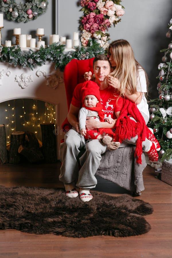Kochający rodzinni Wesoło boże narodzenia i Szczęśliwy nowy rok Rozochoceni ładni ludzie Mama, tata i mały dziecko syn, Rodzice i zdjęcia royalty free