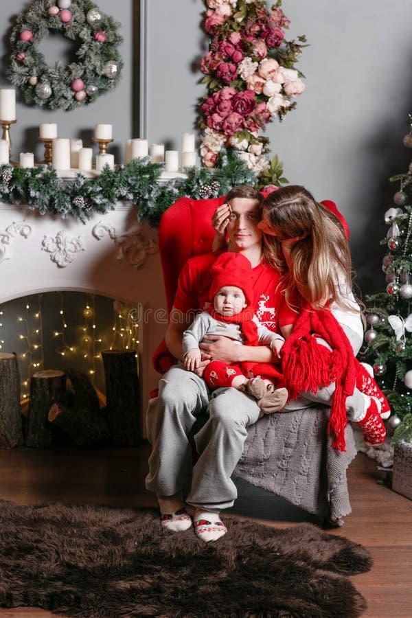 Kochający rodzinni Wesoło boże narodzenia i Szczęśliwy nowy rok Rozochoceni ładni ludzie Mama, tata i mały dziecko syn, Rodzice i obraz royalty free