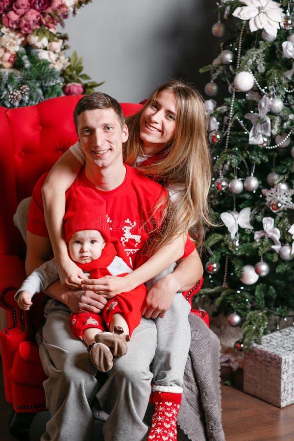 Kochający rodzinni Wesoło boże narodzenia i Szczęśliwy nowy rok Rozochoceni ładni ludzie Mama, tata i mały dziecko syn, Rodzice i zdjęcia stock