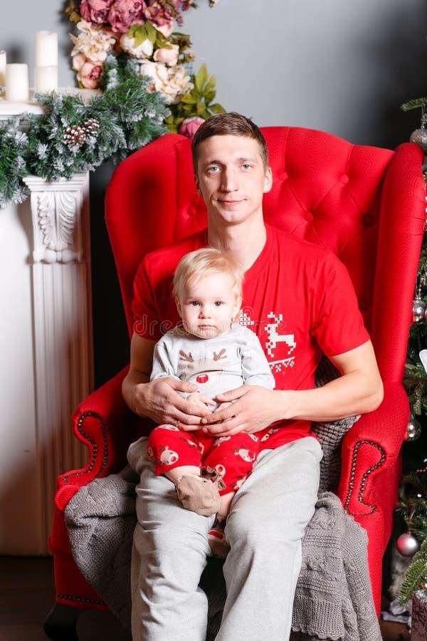Kochający rodzinni Wesoło boże narodzenia i Szczęśliwy nowy rok Rozochoceni ładni ludzie Tata i mały dziecko syn Rodzice i dzieck obrazy stock