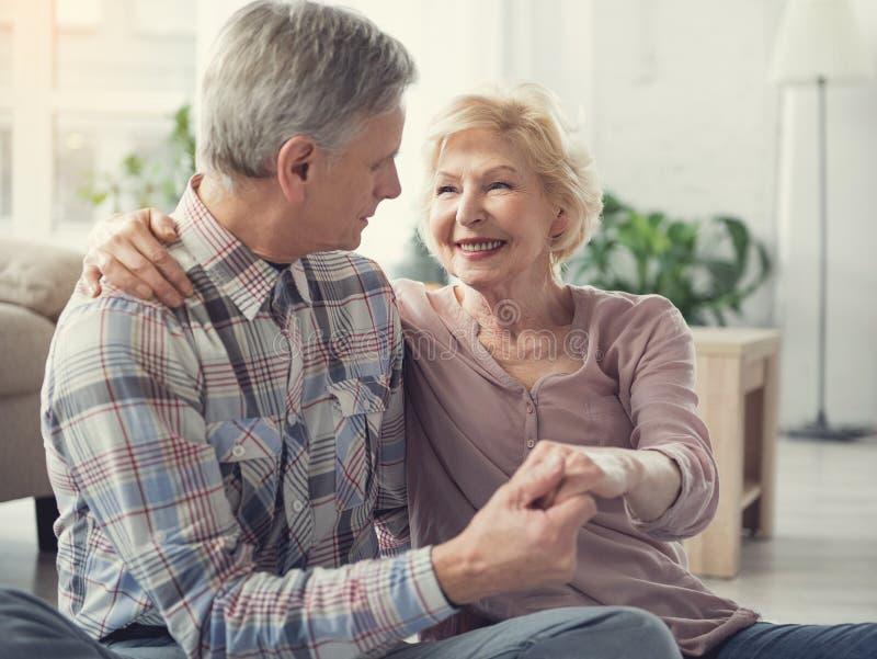 Kochający stary człowiek i kobieta ma szczęśliwą starczość zdjęcia royalty free