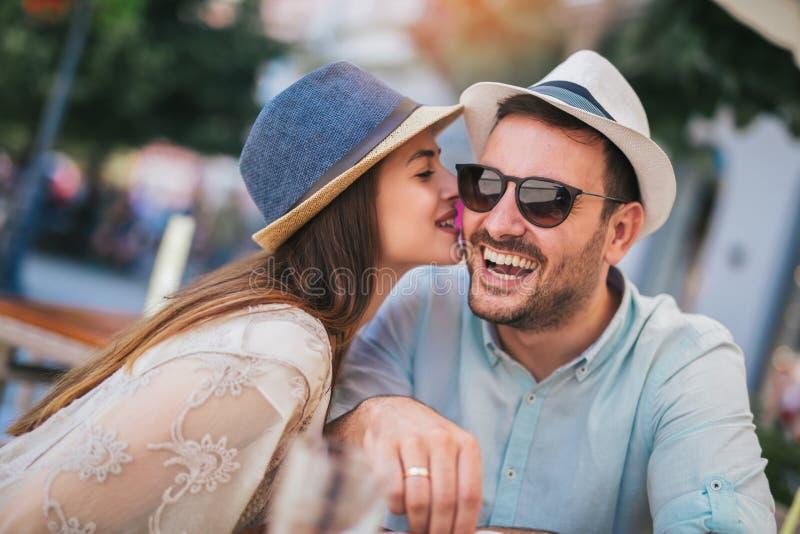 Kochaj?cy pary obsiadanie w kawiarni cieszy si? w kawie i rozmowie obraz royalty free