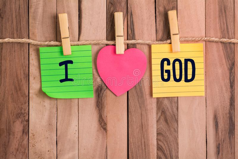 Kocham bóg serce kształtującą notatkę fotografia stock