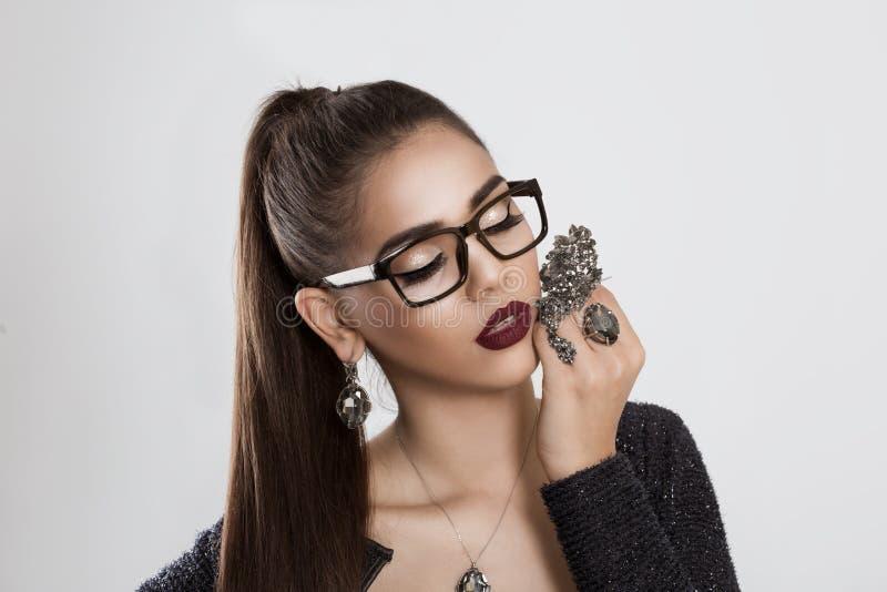 Kocham mój biżuterię Kobiety dębna dziewczyna trzyma broszkę w oczu szkłach zdjęcie stock