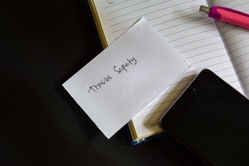 Kocham podróży słowo pisać na papierze Kocham podróż tekst na workbook, Czarny tła pojęcie obraz royalty free
