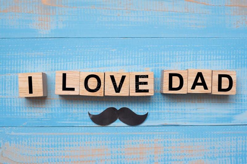 Kocham taty wąsy na drewnianym tle i tekst r obraz royalty free