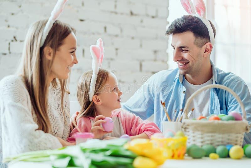 Kochamy piękne tradycje Mama i córka malujemy jajka, tatów chwyty domu dekoracyjny królik fotografia stock