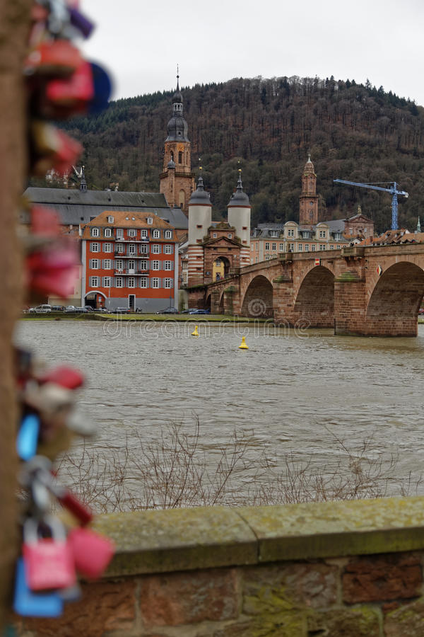 Kochanek kłódki w romantycznym Heidelberg obrazy royalty free