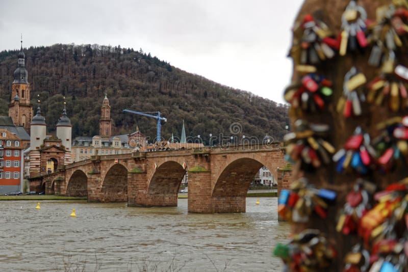 Kochanek kłódki w romantycznym Heidelberg zdjęcie stock