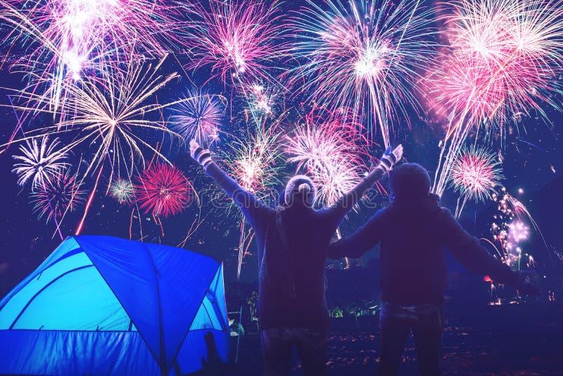 Kochanek kobiety i mężczyzn azjaci obozować na górze widzii fajerwerki na nowego roku dniu Tajlandia zdjęcie stock