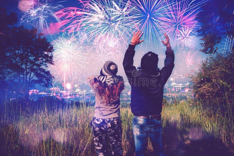 Kochanek kobiety i mężczyzn azjaci Ogląda fajerwerki W nowy rok górze Tajlandia obraz stock