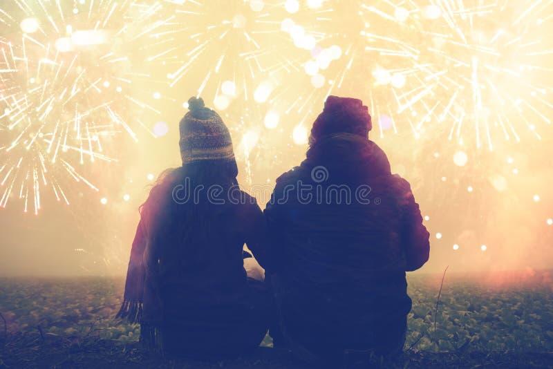 Kochanek kobiety i mężczyzn azjaci siedzi uściśnięcie ręki ogląda fajerwerki W nowy rok górze Tajlandia zdjęcie royalty free