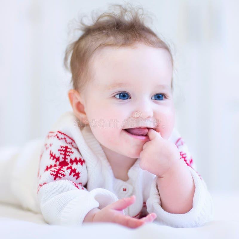 kochanie chłopcy jego odosobnionej portret góry berbecia zabawki retro małej uśmiechniętym cysternowej ciężarówki biały drewna fotografia stock