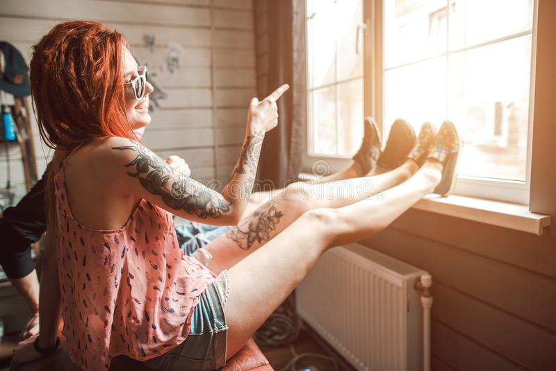 Kochankowie i kobiety spojrzenie obsługują out okno zdjęcie royalty free