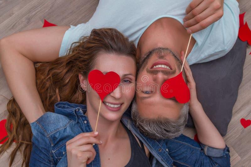 Kochankowie kłama na ziemi zdjęcia stock