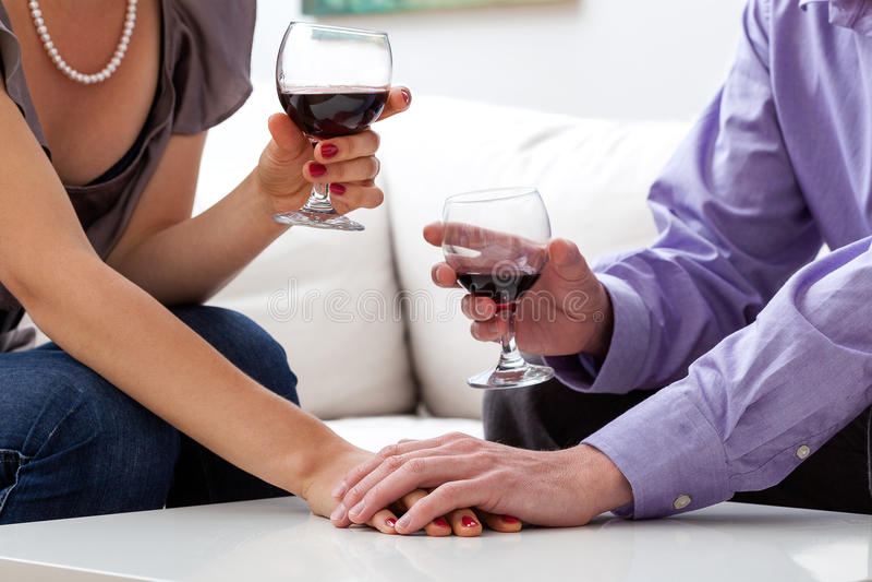 Kochankowie pije wino obrazy stock