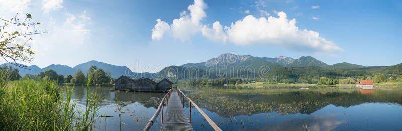 Kochelsee imagé de lac de paysage de panorama avec des hangars à bateaux et photos stock