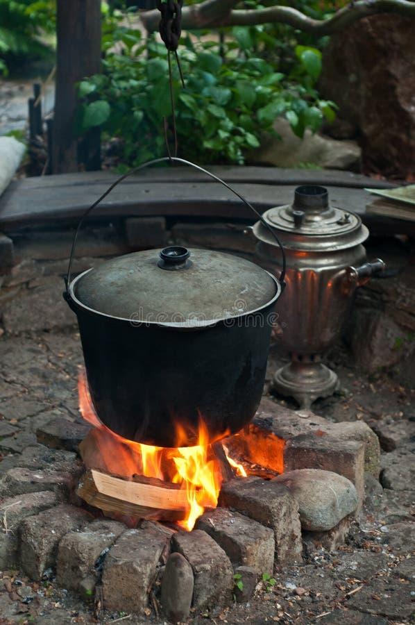 Kochen auf Lagerfeuer lizenzfreie stockfotografie