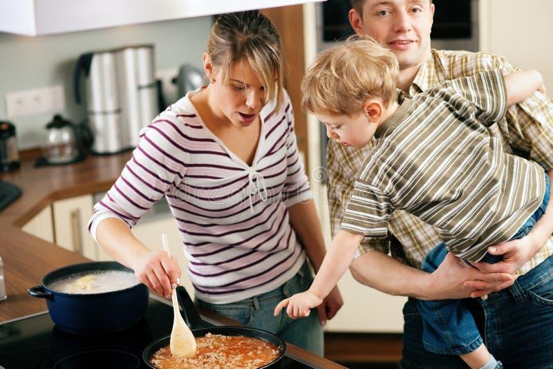 Kochen in der Familie - Rühren der Soße lizenzfreie stockbilder