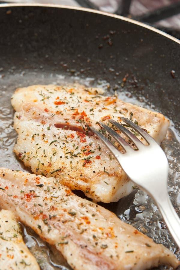 Kochen der Fische stockbilder