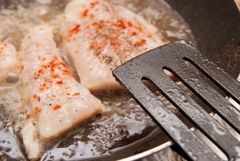 Kochen der Fische lizenzfreie stockbilder
