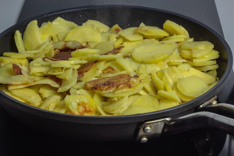 Kochen der gebratenen Kartoffel lizenzfreie stockfotos