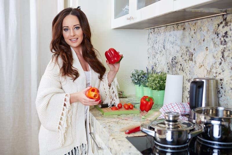 Kochen der jungen Frau Gesunde Nahrung stockfoto