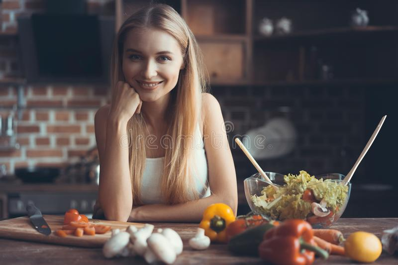 Kochen der jungen Frau Gesunde Nahrung - Gemüsesalat Diät Nährendes Konzept Gesunder Lebensstil Zu Hause kochen prepare lizenzfreie stockbilder