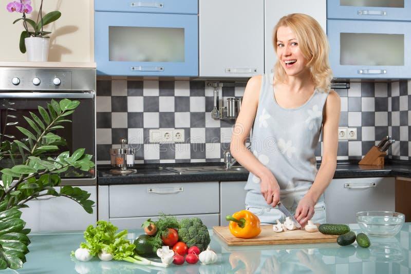 Kochen der jungen Frau Gesundes Lebensmittel - Gemüse stockfotografie