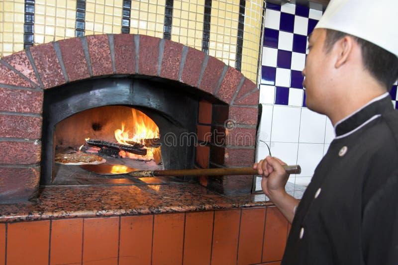 Kochen der Pizza stockfoto