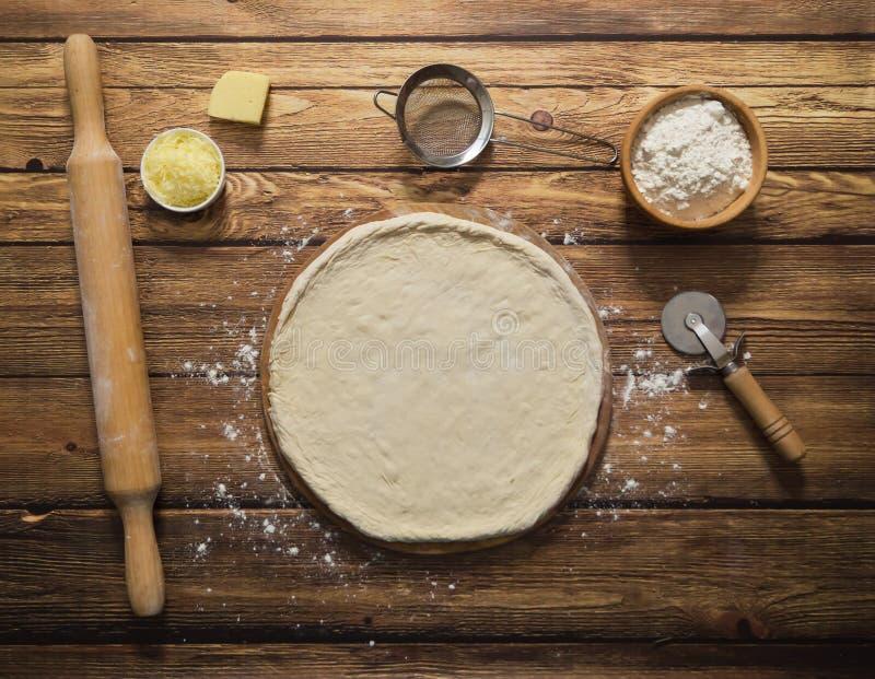 Kochen der Pizza Die Formung des Teigs für Pizza stockbild