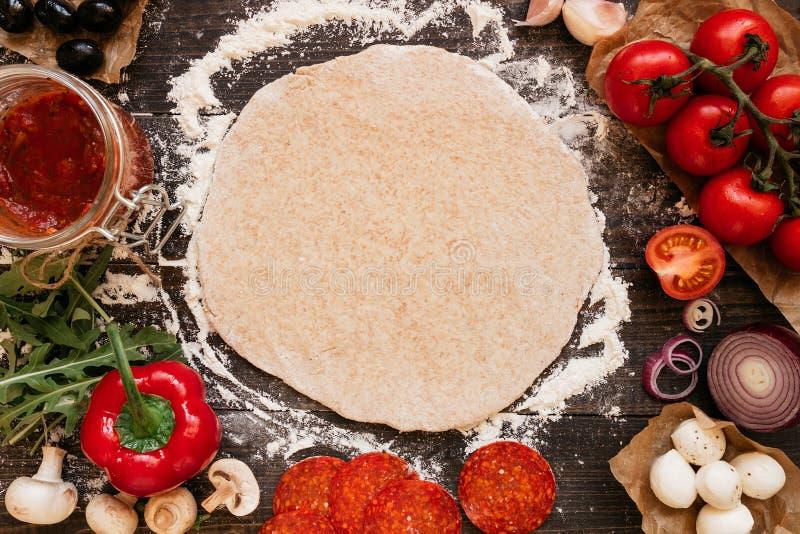 Kochen der Pizza Pizza ingerdients auf dem Holztisch, Draufsicht stockfoto