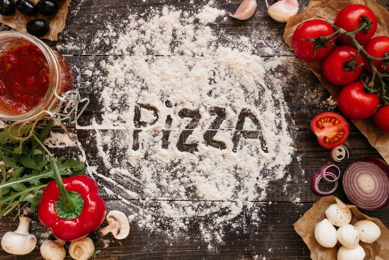 Kochen der Pizza Pizza ingerdients auf dem Holztisch, Draufsicht lizenzfreie stockfotografie