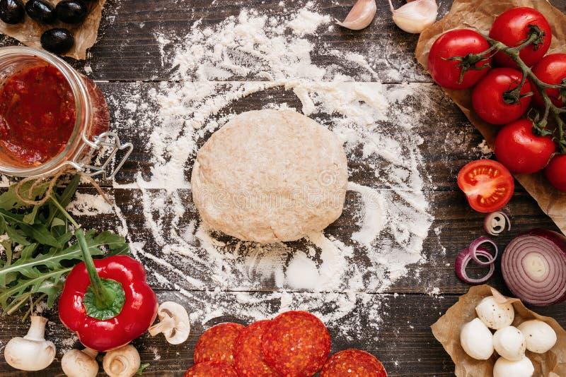 Kochen der Pizza Pizzabestandteile auf dem Holztisch, Draufsicht lizenzfreie stockfotografie