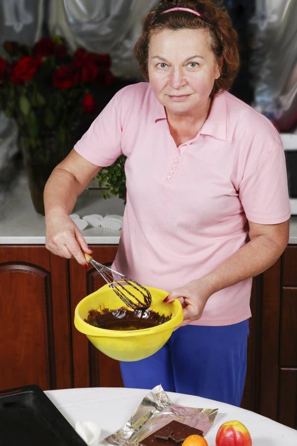 Kochen der Schokoladenmuffinnahaufnahme auf einer Tabelle vertikal lizenzfreies stockbild