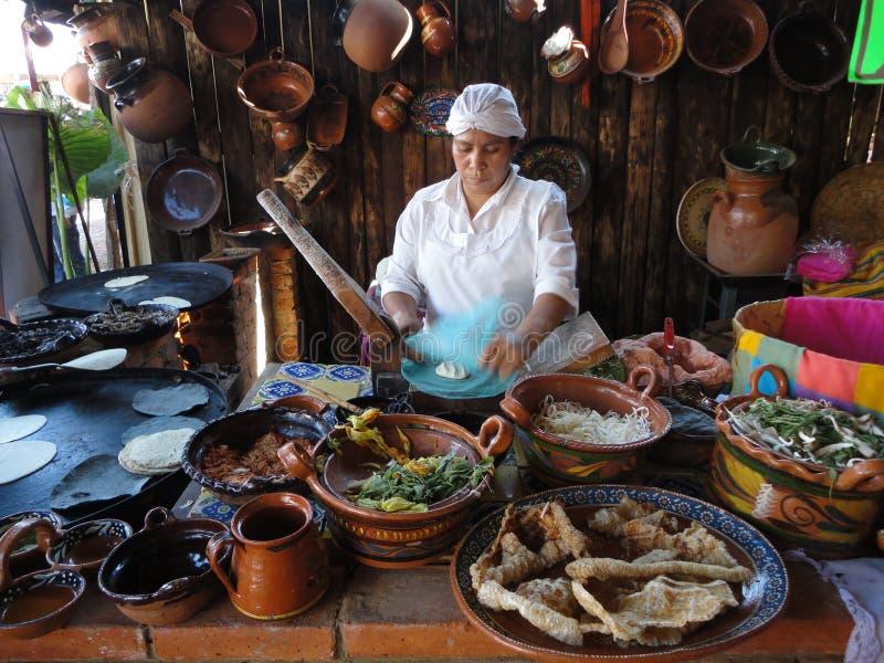 Kochen der Tortillas lizenzfreies stockbild