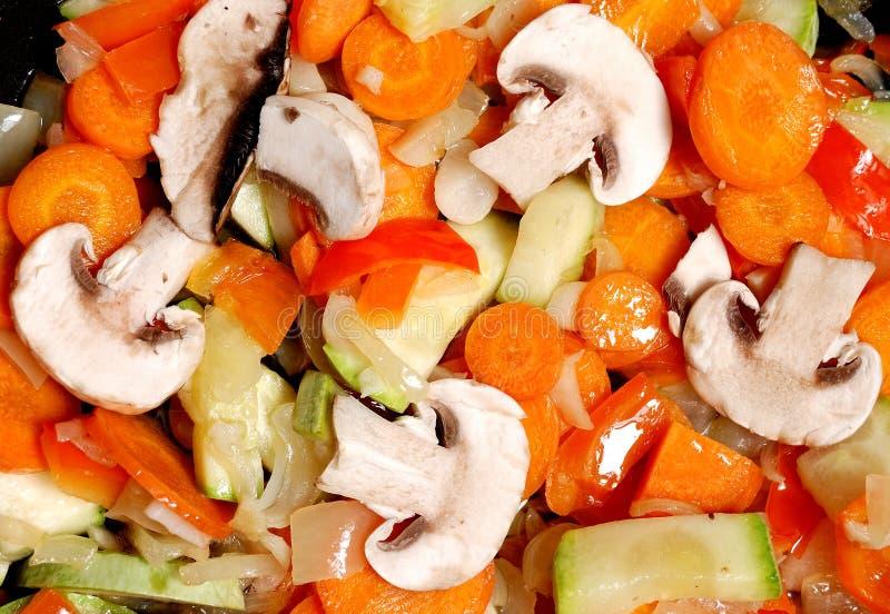 Kochen des Gemüses für Eintopfgericht lizenzfreie stockfotografie