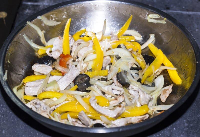 Kochen des Gemüses und des Fleisches stockfoto