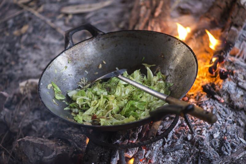 Kochen des Gemüses und des Fleisches in der Wokwanne am Lager stockbild